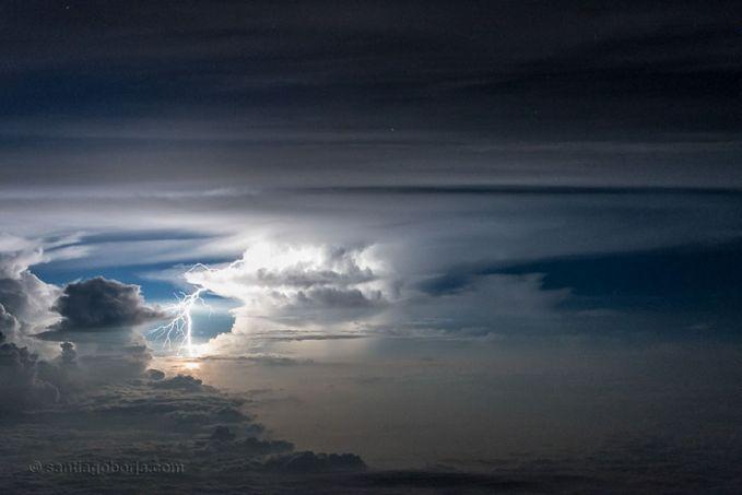 Sekilas mirip samudera diatas langit pulsker. Gumpalan awannya bagaikan deburan ombak di lautan yang ada di bumi. Keren banget !.
