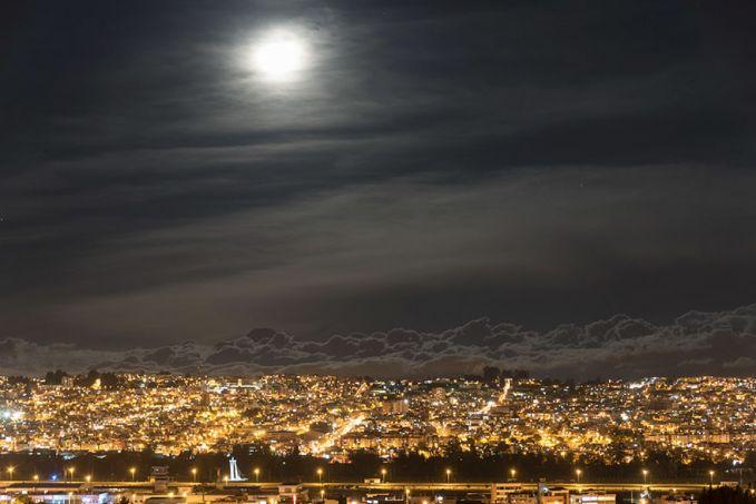 Bulan purnama yang bersinar terang nampak sangta bercahaya di langit kota Quito, Ekuador. Foto ini sendiri diambil dari ketinggian 2.900 meter diatas permukaan laut.