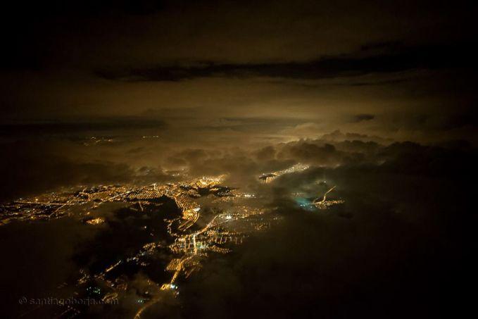 Sementara itu pemandangan saat awan gelap menyelimuti langit kota Quito, Ekuador di malam hari pulsker.