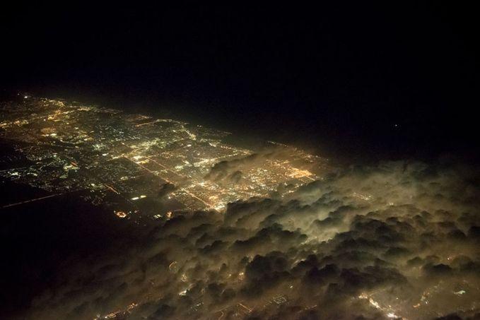 Awan-awan bergerak bagaikan ombak juga ditangkap oleh kamera Santiago pulsker. Kalau yang ini tepat di atas langit kota Miami, Amerika Serikat.