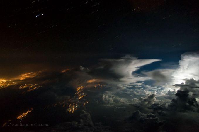 Ini nih detik-detik yang menegangkan pulsker, yakni saat pesawat melintasi badai. Kekuatannya bisa sedang sampai tinggi, seperti yang ada di atas langit wilayah Amazon. Badai ini membawa material lainnya.