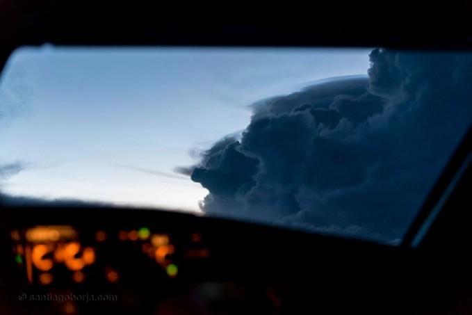 Gimana, indah kan pulsker?. Ternyata seorang pilot punya bakat juga ya dalam dunia fotografi disela-sela kesibukannya. Salut deh buat Santiago Borja Lopez atas karyanya yang menakjubkan ini. (Baca juga ratusan artikel menarik lainnya di http://www.pulsk.com/u/242329 )
