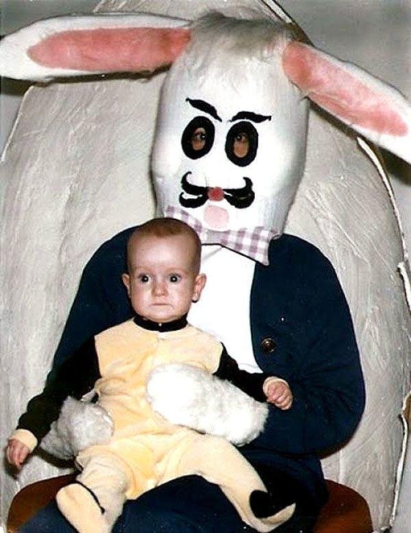 Kumis badut kelincinya sama sekali gak mencerminkan tampang lucu sama sekali. Malah mirip kumisnya pelukis terkenal Salvador Dali tuh.