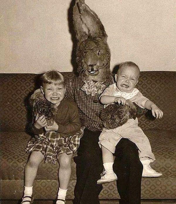 Nah lo, jangan salahkan anak-anak ini kalau mereka nangis sejadi-jadinya pulsker. Badutnya aja penampilannya malah mirip sosok monster ketimbang badut lucu.