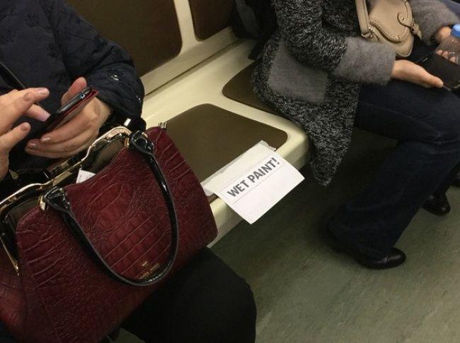 Ada saja kelaukuan para penumpang usil di kendaraan umum pulsker. Masa tempat duduknya dikasih tulisan peringatan kalau catnya masih basah?. Dan orang mudah aja percaya, akhirnya gak jadi duduk.