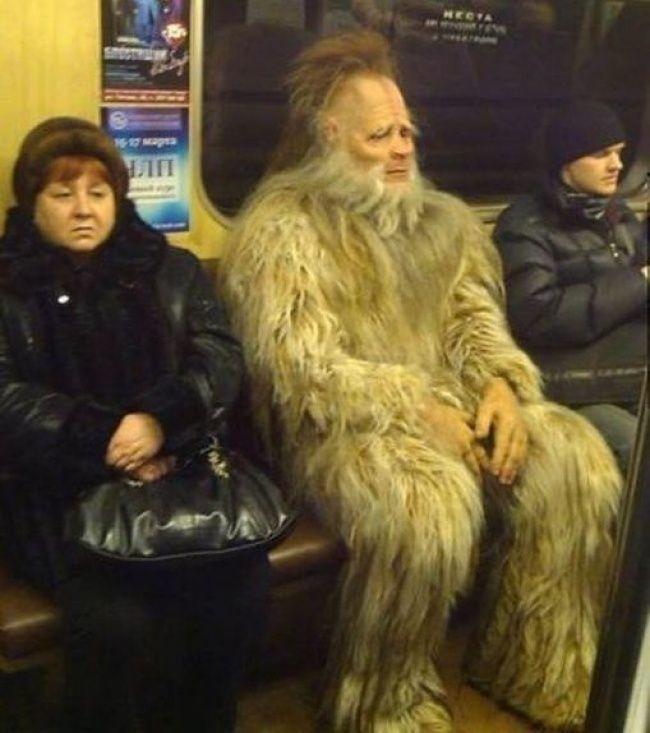 Eh itu beneran monster apa manusia yang pakai kostum ya pulsker?. Si ibu-ibunya sampai tegang gitu ekspresinya.