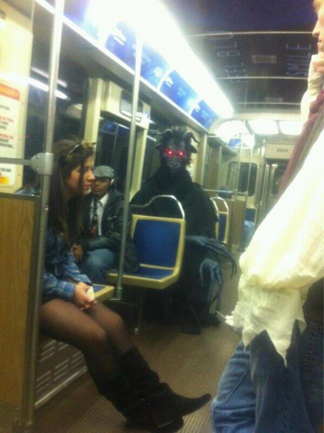 Jangan salah fokus, fokusin pandangan kalian ke sosok monster hitam-hitam yang duduk di bangku keretanya pulsker. Bukan yang lain !.