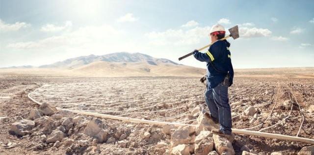 Karena cewek juga bisa jadi pekerja tambang, seperti Carol Warn yang menjadi operator Leach Pad di perusahaan pertambangan Marigold di Valmy, Nevada.