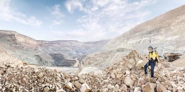 Wanita ini bernama Kris Alvarez, dia merupakan senior geologis di Round Mountain, Nevada. Bukti bahwa wanita juga nggak takut bekerjadi tempat gersang seperti ini.