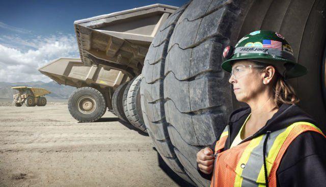 Siapa sangka kalau ibu tangguh ini adalah sopir alat berat, Haul Truck, di tambang emas Round Mountain, Nevada. Wanita ini bernama Leeann Johnson.