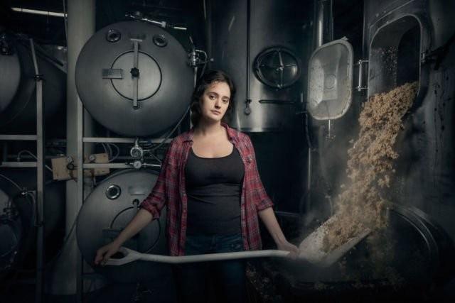 Christina Burris seorang pembuat bir sekaligus manajer operasional pabrik bir St Benjamin di Philadelphia, Pennsylvania.