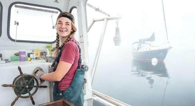 Terakhir,si cantik Sadie Samuels berani menantang pasang surut air laut untuk mencari lobster di Rockport, Maine.