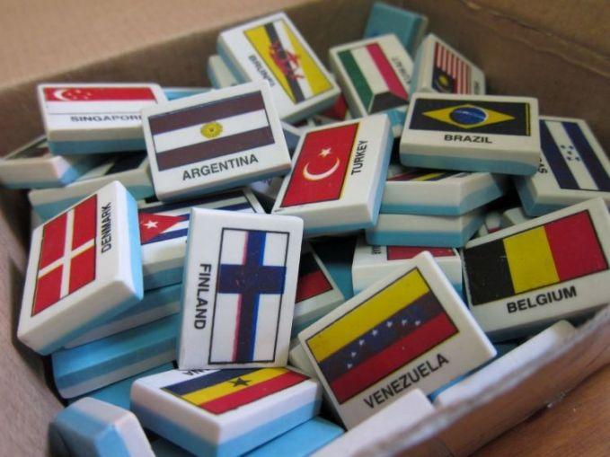 Ini yang kita bicarakan tadi pulsker, penghapus yang bergambar bendera negara-negara di dunia. Dengan begitu kita secara gak langsung sambil belajar lho. Terutama kalau gambar benderanya beda antar teman. Jadi variatif.