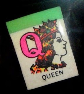 Ada juga yang berdasarkan alfabet pulsker. Misalnya nih, huruf 'Q' untuk kata Queen. Belajar bahasa Inggris jadi lebih mudah kan?.