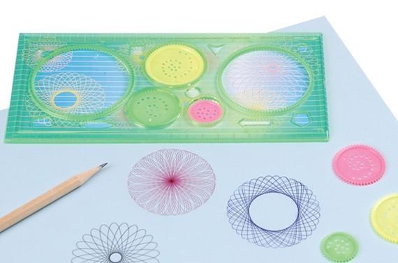 Hayoo, siapa yang masih ingat dengan penggaris dan alat untuk membuat pola ini?. Dulu kalau di sekolah sering menciptakan pola-pola baru bareng teman pas pelajaran seni.