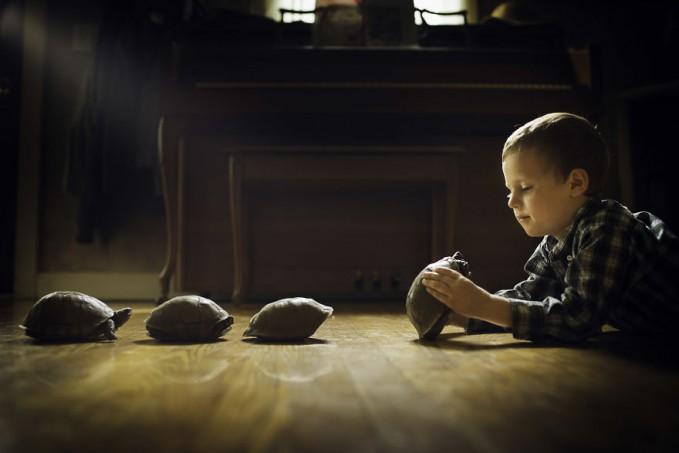 Gak cuma di kandang saja, di dalam rumah Phillip Haumesser juga memelihara beberapa ekor kura-kura pulsker. Sang anak nampak sedang bermai-main bersama si kura-kuranya.