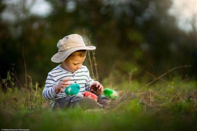 Ayamnya lucu-lucu tuh pulsker, warna-warni pula. Pantesan dia betah bermain-main bersama. Lucu-lucu ya pulsker fotonya?. Adik-adik kita atau kita sendiri patut mencontohnya nih, jangan terlalu takut untuk bermain dengan hewan peliharaan. Dan bermain dengan hewan peliharaan emang mengasyiikkan banget lho. Cobain deh kalau gak percaya. (Baca juga ratusan artikel menarik lainnya di http://www.pulsk.com/u/242329 )