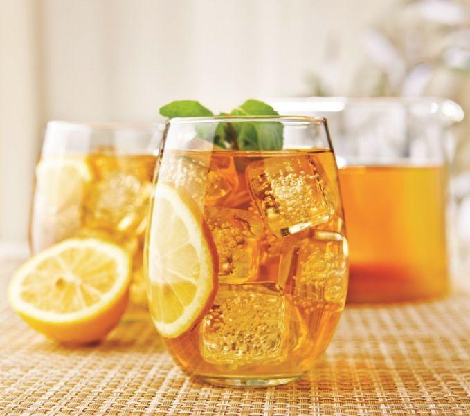 Citrus iced tea Bahan : 6 kantung teh celup 2 sdm gula 10 lembar daun mint 300 ml jus jeruk segar 1 buah jeruk nipis, peras es batu dan daun mint untuk pelengkap Cara membuat : 1.Seduh teh dengan air 1,2 liter dan tambahkan gula. 2. Masukkan daun mint dan jus jeruk, diamkan selama 10 menit, dinginkan. 3. Saring dan pindah ke pitcher, sajikan dengan es batu dan daun mint sebagai pelengkap.