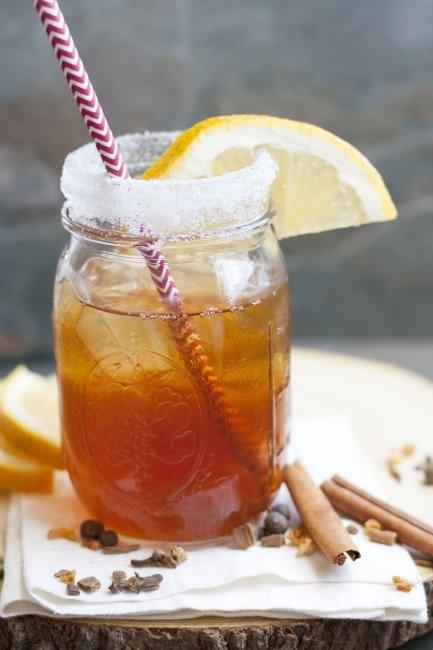 Orange spiced iced tea Bahan : 5 cangkir air 2 kantung teh hitam celup 1/2 cangkir air jeruk peras 2/3 cangkir gula Cara membuat : 1. Seduh teh, sisihkan hingga dingin. 2. Campurkan air jeruk peras ke dalam teh yang sudah jadi. 3. Tambahkan gula, aduk. 4. Sajikan dengan es batu.