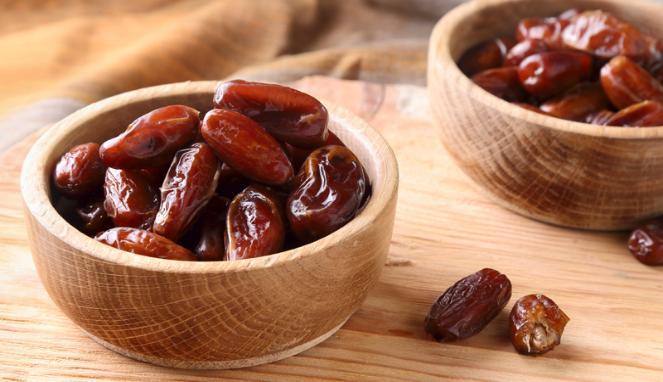 Pertama ada buah khas Ramadhan pulsker, kurma. Buah yang kaya kandungan gula ini baik dibuka saat berbuka puasa. Kurma mempunyai manfaat untuk mengembalikan energi yang hilang dari tubuh saat berpuasa.