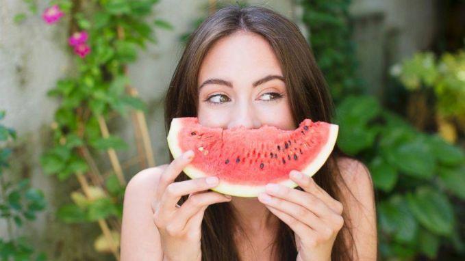 Buka puasa makan semangka itu rasanya seger banget ya pulsker?. Dibalik kesegarannya, semangka mengandung antioksidan serta vitamin C dan A yang melimpah. Juga ada kandungan Likopen yang ampuh untuk menangkal serangan radikal bebas hingga anti kanker.