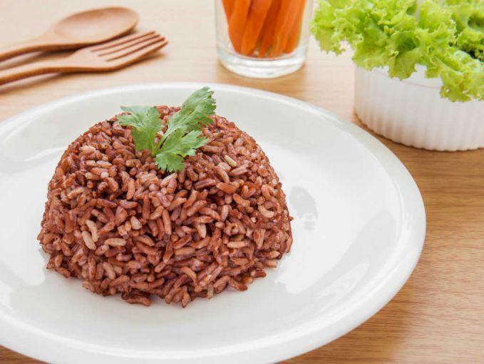 Pertama ada beras merah nih pulsker. Beras ini mengandung karbohidrat kompleks yang bisa membuat kadar gula darah menjadi lebih stabil. Gula darah yang stabil inilah yang membuat kita gak akan mudah haus. Cocok banget buat menu sahur.