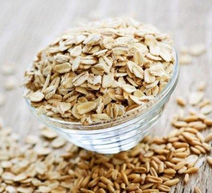 Selanjutnya adalah Oatmeal yang bisa memberi rasa kenyang tahan lama. Oatmeal juga mengandung karbohidrat kompleks. Kelebihan lainnya adalah kandungan serat yang baik bagi pencernaan. Biar makin mantap lagi nih, tambahkan susu serta buah atau kacang-kacangan saat memakannya.