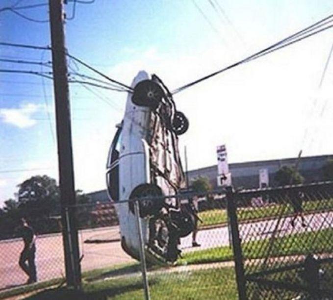 Mobil sedan berwarna putih ini tertangkap kamera lagi nyangkut di atas sebuah kabel listrik di pinggir jalan pulsker. Untung aja gak kesetrum ya?.