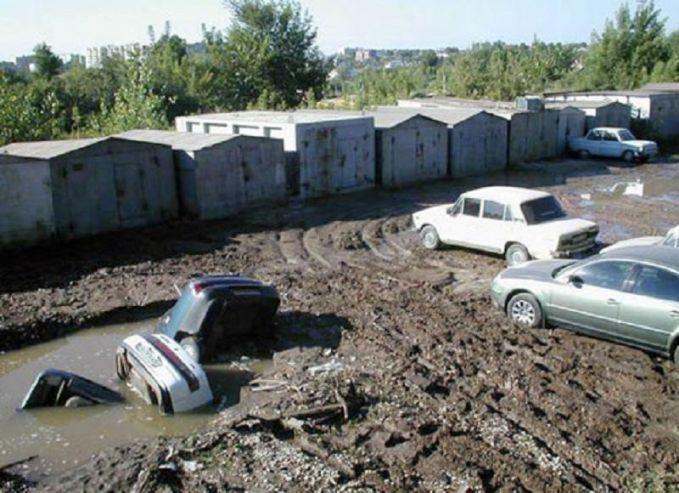 Pelajaran nih buat kita semua kalau parkir di tempat yang permukaannya berlumpur berhati-hatilah pulsker. Karena kadang ada aja yang tanahnya tidak terlalu kuat, akhirnya nyemplung deh.