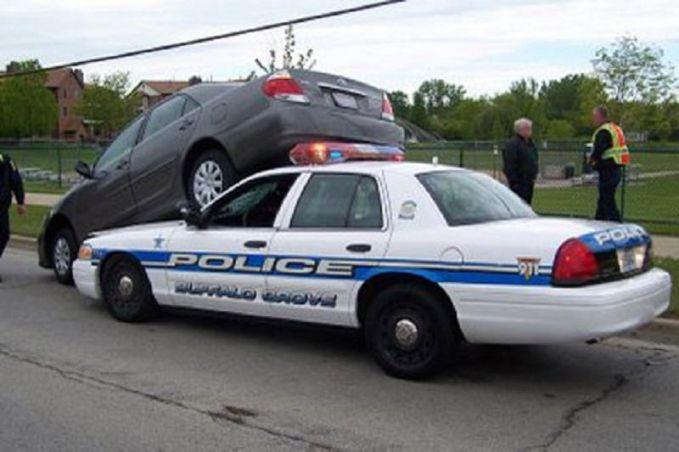 Nekat bener pemilik sedan hitamnya pulsker. Tak tanggung-tanggung, liat tuh siapa lawannya yang dilawan. Mobil polisi lho, nyari masalah nih rupanya.