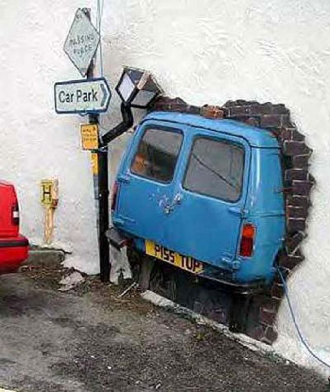 Akibat terlalu kencang saat menginjak pedal gas, jadinya kayak gini pulsker. Langsung aja nyeruduk tembok di depannya.