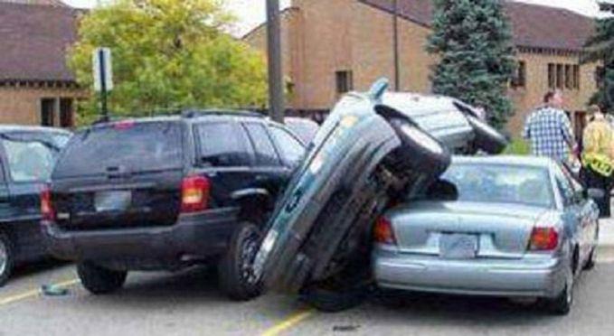 Udah tau parkiran penuh, nih mobil masih aja maksain buat parkir disitu. Gak ada tempat lain apa?. Kalau gini kan berabe urusannya.