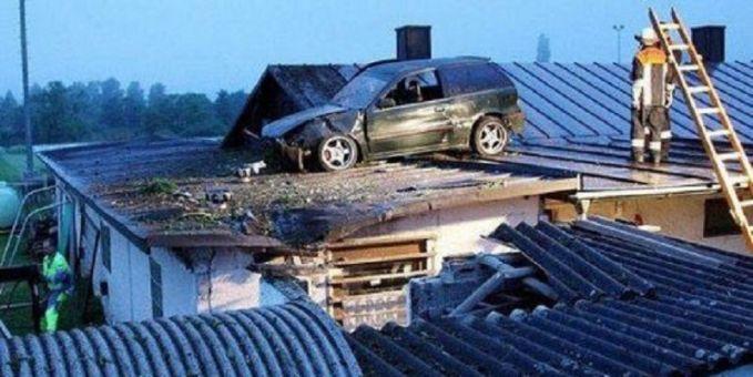 Sakti nih mobilnya pulsker, biasa diparkir di halaman rumah kini ada di atas genteng tuh.
