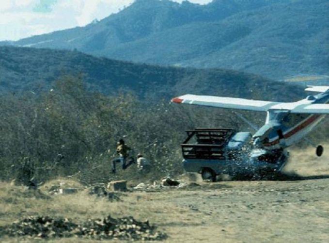 Waduh, nyeremin banget ya pulsker. Enak-enak markir mobil tiba-tiba ada pesawat menukik tajam dan menghantam truknya. Untung aja orang disekitarnya bisa menyelamatkan diri.