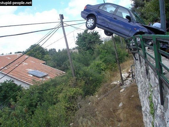 Lho, dari mana datangnya nih mobil ya?. Dari angkasa langsung terjun kesit?. Duh, parah banget.