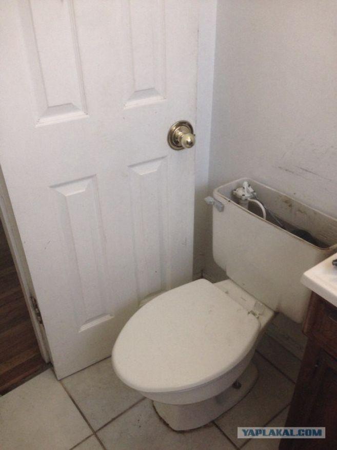 Nah lo, gimana mau nutup pintunya kalau gini caranya?. Ngantuk nih kali pas bikin WC nya.