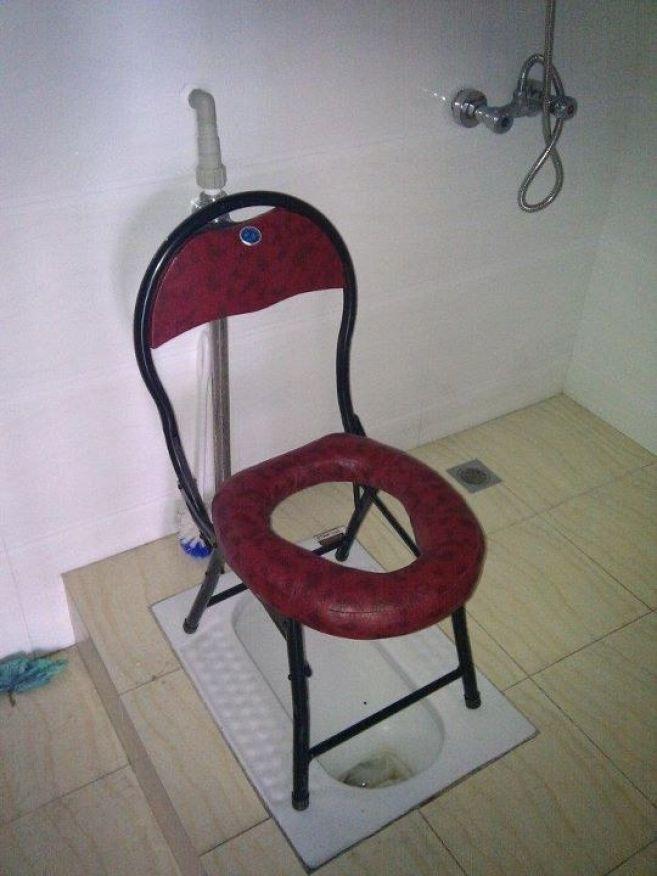 Inovasi berikutnya adalah WC satu ini pulsker. Bebas mau pilih gaya jongkok atau duduk. Bisa disesuaikan dengan kemampuan pengguna.