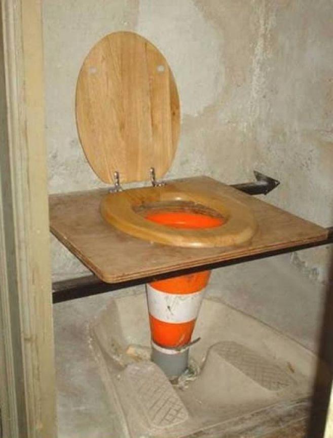Maklum, kondisi lagi darurat jadi sementara pakai cone dulu. Namanya juga darurat, jadi bikinnya seadanya kan pulsker. Ada-ada aja ya yang bikin WC nya, gak jadi kebelet deh kalau gini ceritanya. Langsung sembuh aja. (Temukan dan baca juga ratusan artikel menarik lainnya di http://www.pulsk.com/u/242329 )