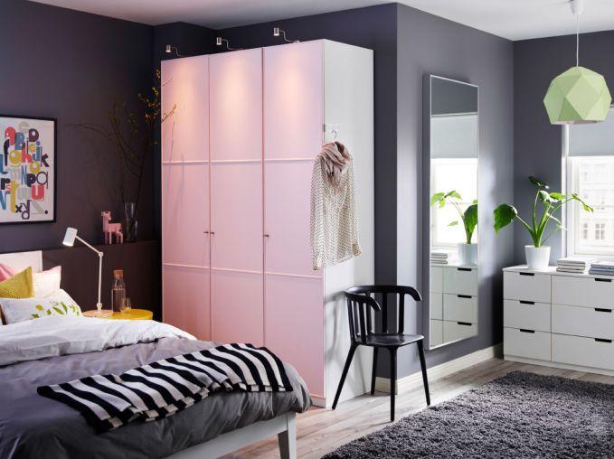 Kamu bisa memilih prabot yang berukuran sedang dengan warna yang senada dengan kamarmu.