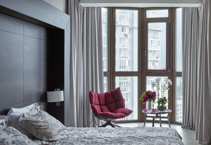Arahkan pandangan tempat tidur pada jendela.