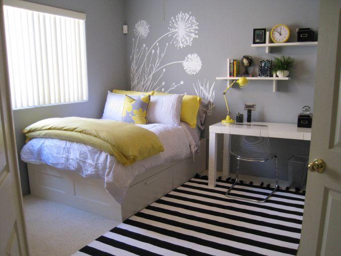 Manfaatkan ruang-ruang kecil pada kamarmu, salas satunya dengan membuat desain tempat tidur yang bawahnya bisa dijadikan lemari.