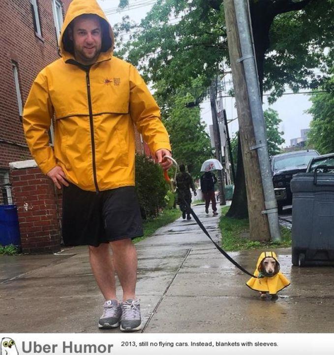 Kmopak banget ya, nggak cuma orangnya aja yang pakai jas ujan, tapi anjingnya juga. Warnanya juga sama lagi. Jadi pengen juga deh.