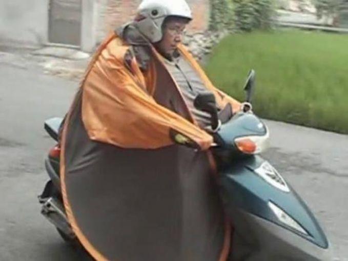 Kayanya tahu deh dengan bentuk jas hujan ini. Kalau kamu perhatikan, orang ini ternyata pakai tenda lho.