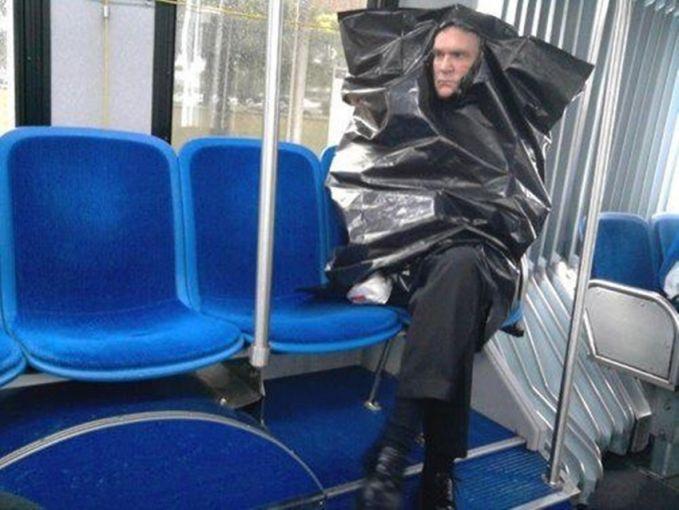 Yaelah pak, itu plastik sampah kenapa dipakai jadi jas hujan sih??