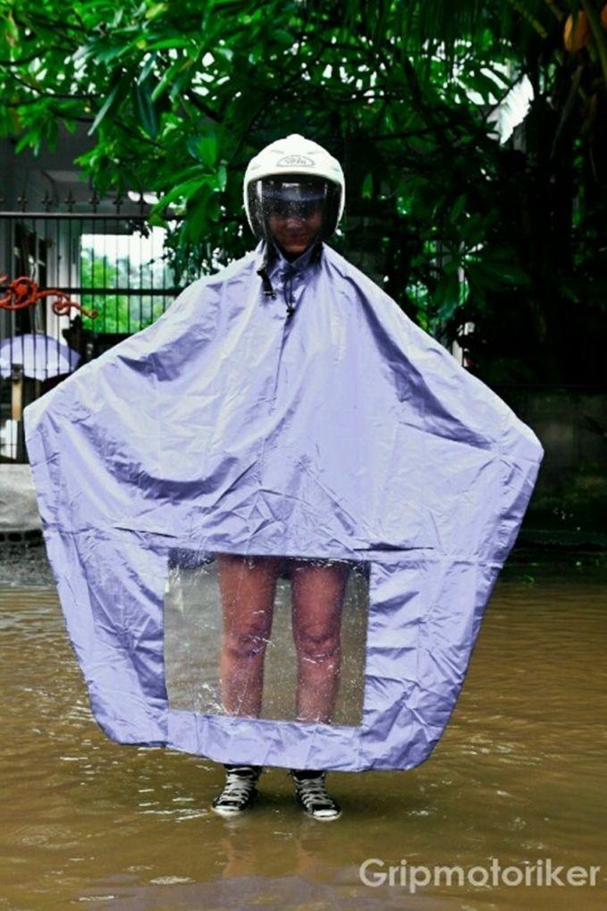 Ada yang bisa jawab nggak kenapa jas hujan ini yang bawah trasnparan?