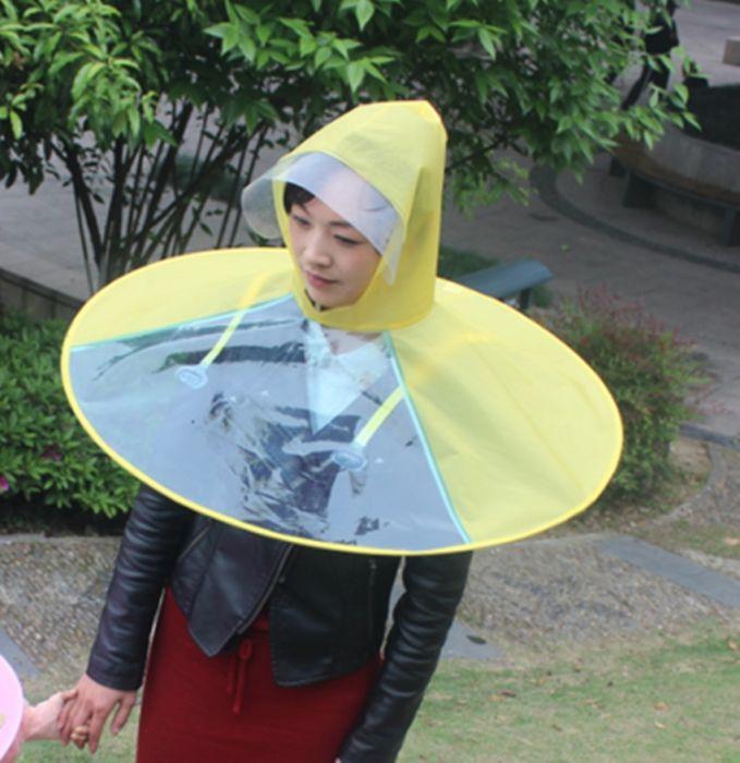 Jas hujan bentuk ini cocok banget buat cewek-cewek yang pejalan kaki yang nggak suka pakai payung.