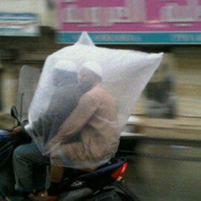 Jas hujan transparan yang lucu banget. Nggak apa-apa deh, yang penting nggak kehujanan.