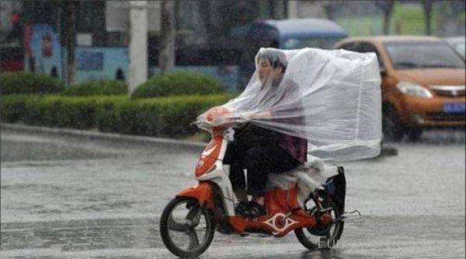 Boleh juga nih jas hujan model ini, depan belakang dijamin nggak basah deh.