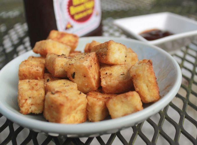 Tahu goreng Geprek bawang putih lalu campur dengan garam dan air, lalu goreng hingga kering. Kamu bisa menyantapnya dengan nasi hangat dan kecap manis.