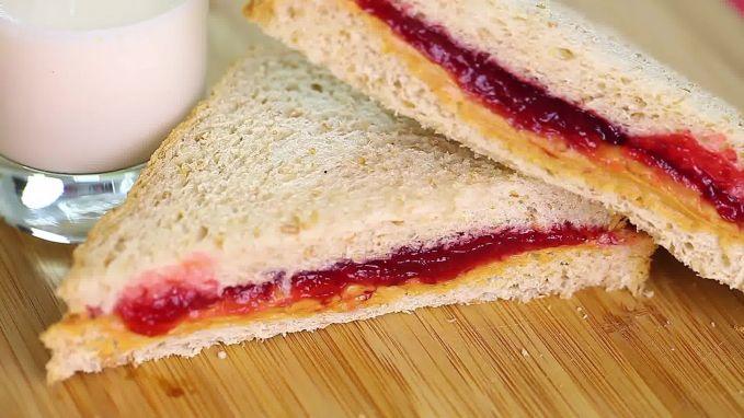 Roti tawar dan selai Telat bangun sahur memang bikin kita terburu-buru. Daripada nggak makan sahur, kamu bisa bikin roti tawar dengan berbagai rasa selai sesuai seleramu.